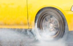 Bränner den tävlings- bilen för friktion gummi av dess gummihjul Arkivfoto