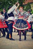 Brno - Bystrc, repubblica Ceca, il 22 giugno 2019 Festival piega di festività ceca tradizionale Ragazze e ragazzi che ballano in  immagini stock libere da diritti