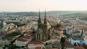 Brno cityscape met oriëntatiepunten, satellietbeeld van oude stad in Tsjechische Republiek, Europa stock videobeelden