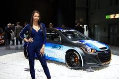 Hôtesse avec Hyundai i20 WRC sur l'affichage à la 11ème édition d'Autosalon international Brno Photo stock