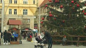 BRNO, RÉPUBLIQUE TCHÈQUE, LE 21 DÉCEMBRE 2018 : L'arbre de Noël lumineux et brille beau décoré des ornements et banque de vidéos