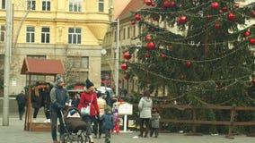 Brno, R?publique Tch?que, le 21 d?cembre 2018 : L'arbre de No?l lumineux et brille la belle boule rouge d?cor?e de No?l de flacon banque de vidéos