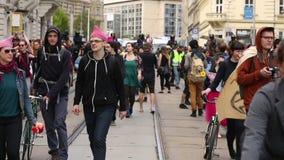 Brno, República Checa 1º de maio de 2016: Os ativistas obstruem o março de radicais extremos Europa vídeos de arquivo