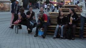 Brno, República Checa 11 de agosto de 2016: assento bebido do homem da emoção sênior desabrigado autêntico com povos filme