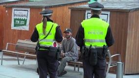 BRNO, REPÚBLICA CHECA - 11 DE SETEMBRO DE 2014: Homem desabrigado da emoção autêntica que fala com polícia vídeos de arquivo