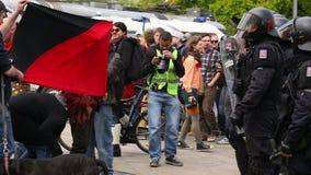 BRNO, REPÚBLICA CHECA, EL 1 DE MAYO DE 2017: La policía se amotina la unidad supervisa, protesta checa de Antifa de los activista almacen de metraje de vídeo
