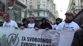 BRNO, REPÚBLICA CHECA, EL 1 DE MAYO DE 2019: Marzo de extremistas radicales, supresión de la democracia, activista fascista anti  almacen de metraje de vídeo