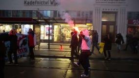 BRNO, REPÚBLICA CHECA, EL 17 DE NOVIEMBRE DE 2016: Marzo de extremistas radicales, hombre con la antorcha, supresión de la democr almacen de video