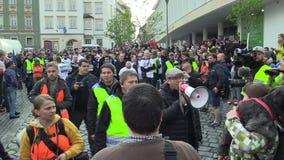 BRNO, REPÚBLICA CHECA, O 1º DE MAIO DE 2019: Front Czech social nacional, está formando uma multidão da procissão e um recolhimen vídeos de arquivo