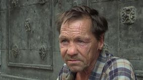 BRNO, REPÚBLICA CHECA, O 27 DE AGOSTO DE 2015: Sem abrigo pobres da cara autêntica do homem superior da emoção no pedido da cidad vídeos de arquivo