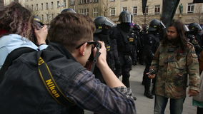 BRNO, REPÚBLICA CHECA, O 1º DE MAIO DE 2017: Demonstração de extremistas radicais, polícia video estoque