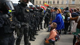 BRNO, REPÚBLICA CHECA, O 1º DE MAIO DE 2017: março de extremistas radicais, polícia vídeos de arquivo