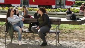Brno, República Checa, o 20 de maio de 2018: universidade bonita estrangeira das meninas dos estudantes autênticos em Brno que  video estoque