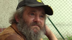 BRNO, REPÚBLICA CHECA, O 11 DE SETEMBRO DE 2014: Cara superior pobre do homem desabrigado autêntico da emoção vídeos de arquivo