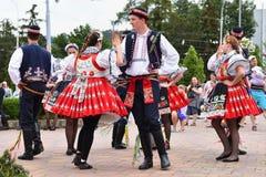 Brno, republika czech Czerwiec 25, 2017 Czeskiej tradycyjnej uczty tradyci ludowy taniec i rozrywka Dziewczyny i chłopiec w kosti Fotografia Stock