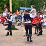 Brno, republika czech Czerwiec 25, 2017 Czeskiej tradycyjnej uczty tradyci ludowy taniec i rozrywka Dziewczyny i chłopiec w kosti Zdjęcia Royalty Free