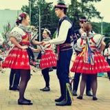 Brno, republika czech Czerwiec 25, 2017 Czeskiej tradycyjnej uczty tradyci ludowy taniec i rozrywka Dziewczyny i chłopiec w kosti Obraz Royalty Free