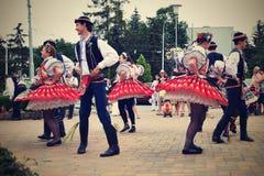 Brno, republika czech Czerwiec 25, 2017 Czeskiej tradycyjnej uczty tradyci ludowy taniec i rozrywka Dziewczyny i chłopiec w kosti Zdjęcia Stock