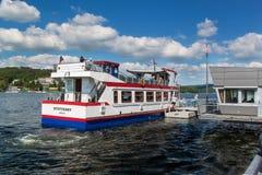 BRNO, republika czech -27 MAY, 2017: Statek wycieczkowy przy Brno tamą Urlopowy punkt mieszkanowie Brno Wysyłka przy tamą był com Zdjęcia Royalty Free
