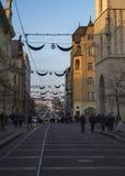 BRNO TJECKIEN, DECEMBER 14, 2018: Gå folk på den Rasinova gatan på adventtid med chrostmasgarnering och arkivfoton