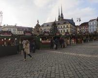 BRNO TJECKIEN, DECEMBER 14, 2018: Julmarknaden på Zelny Trh, marknadsfyrkant med ställningen stannar i Moravia fotografering för bildbyråer