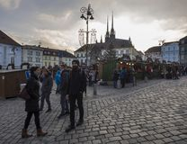 BRNO TJECKIEN, DECEMBER 14, 2018: Julmarknaden på Zelny Trh, marknadsfyrkant med ställningen stannar i Moravia royaltyfri fotografi