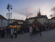 BRNO TJECKIEN, DECEMBER 14, 2018: Julmarknaden på Zelny Trh, marknadsfyrkant med ställningen stannar i Moravia royaltyfri bild