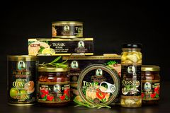 BRNO TJECKIEN - DECEMBER 16, 2017: Kaiser Franz Josef Exclusive Canned Tuna With chili Mat för gourmet Olik typnolla Arkivbilder