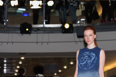 Brno tjeckisk Republik-mars 20,2015: Modell som går på modeshow Royaltyfri Fotografi