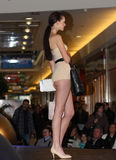 Brno tjeckisk Republik-mars 20,2015: Modell som går på modeshow Arkivbilder