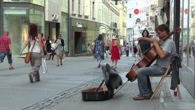 BRNO, TSCHECHISCHE REPUBLIK, AM 11. AUGUST 2017: Straßenmusiker spielt auf einem Kontrabassstreichinstrument auf der Straße von stock footage