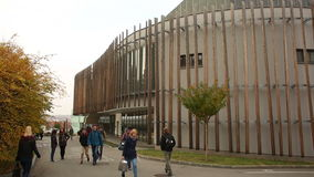 BRNO, TSCHECHISCHE REPUBLIK, AM 15. OKTOBER 2016: Studenten Mendel University in Brno gehen zu stock video