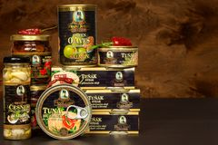 BRNO, TSJECHISCHE REPUBLIEK - 16 DECEMBER, 2017: De Spaanse pepers van Kaiserfranz josef exclusive canned tuna with Voedsel voor  Stock Afbeelding