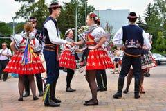 Brno, Tsjechische Republiek 25 Juni, 2017 Het Tsjechische traditionele volksdansen en het vermaak van de feesttraditie Meisjes en Stock Afbeeldingen