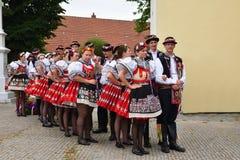 Brno, Tsjechische Republiek 25 Juni, 2017 Het Tsjechische traditionele volksdansen en het vermaak van de feesttraditie Meisjes en Stock Afbeelding