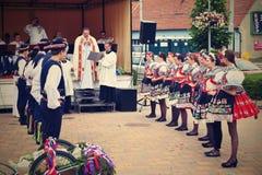 Brno, Tsjechische Republiek 25 Juni, 2017 Het Tsjechische traditionele volksdansen en het vermaak van de feesttraditie Meisjes en Royalty-vrije Stock Afbeelding