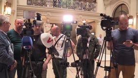 Brno Tsjechische Republiek, 2 Mei, 2018: Cameraliedenmensen en driepoten vóór een persconferentieeerste minister Andrej Babis stock videobeelden