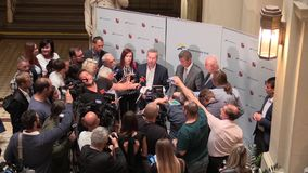 BRNO TSJECHISCHE REPUBLIEK, 2 MEI, 2018: De eerste minister Andrej Babis en Richard Brabec kwam voor de burgers van Brno, pers aa stock videobeelden