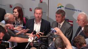 BRNO TSJECHISCHE REPUBLIEK, 2 MEI, 2018: De eerste minister Andrej Babis en Richard Brabec kwam voor de burgers van Brno, pers aa stock video
