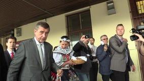 BRNO TSJECHISCHE REPUBLIEK, 2 MEI, 2018: De eerste minister Andrej Babis kwam voor de burgers van Brno aan, werd verwelkomd door  stock videobeelden
