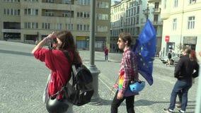 Brno, Tsjechische Republiek, 1 Mei, 2019: De jongensstudent houdt de vlag van de Europese Unie Demonstratie om democratie te steu stock videobeelden