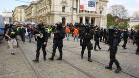 BRNO, TSJECHISCHE REPUBLIEK, 1 MEI, 2017: Maart van radicale extremisten, afschaffing van democratie, tegen Europese Unie stock footage