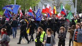 BRNO, TSJECHISCHE REPUBLIEK, 1 MEI, 2017: Maart van radicale extremisten, afschaffing van democratie, tegen Europese Unie, politi stock video