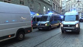 Brno, Tsjechische Republiek, 1 Mei, 2019: Politiewagens met het blauwe licht van de bakenwaarschuwing Maart van radicale extremis stock footage