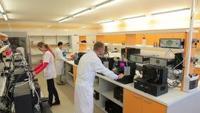 BRNO, TSJECHISCHE REPUBLIEK, 1 NOVEMBER, 2015: Het onderzoek van wetenschappersalgen naar bioreactoren van een de professionele m stock videobeelden