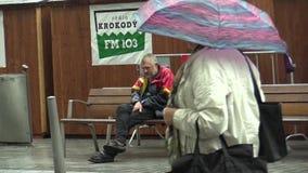 BRNO, TSJECHISCHE REPUBLIEK, 1 OKTOBER, 2015: De authentieke oudste van de emotie dakloze mens in de regen stock footage