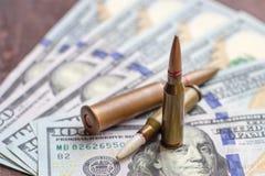 Broń pociski na Amerykańskim dolara tle Militarny przemys?, wojna, globalny handel broni? i przest?pstwa poj?cie, fotografia royalty free