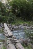 Bro över bergfloden Royaltyfri Foto