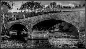 bro över besvärat vatten Royaltyfria Bilder
