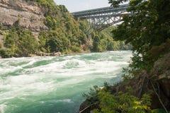 bro över besvärat vatten Royaltyfri Fotografi